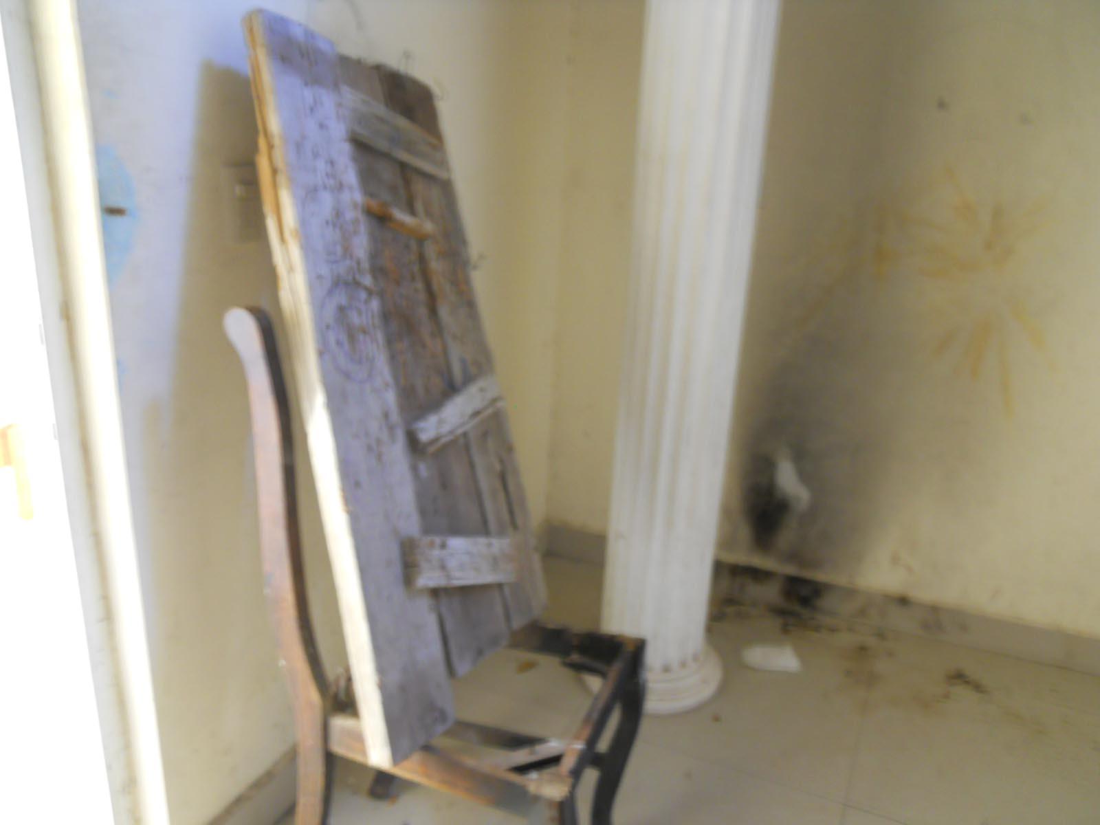 Propiedad saqueada y los muebles destruidos.